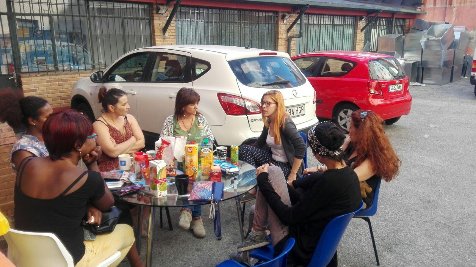 reunion con las mujeres en el patio