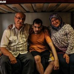 Izzaldin, Ahmad y Raghda en el dormitorio del albergue