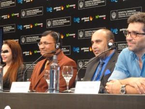 El doctor Diamond con chaqueta marrón y a su lado Aamir