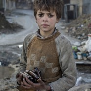 Un niño sirio recoge casquillos de bala para vender el metal