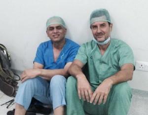 El doctor Peeyush Dahal con nuestro cirujano Javier Fernández-Palacios