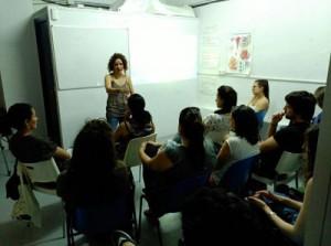 Paula, voluntaria, explicando su proyecto