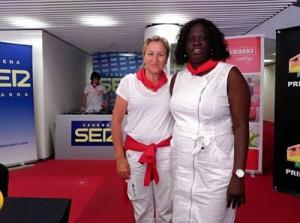 La periodista Elvira Obanos con Fátima Djarra