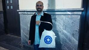 Migueltxo Molina con nuestra bolsa de Médicos del Mundo