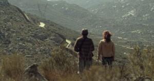 Caren y Miguel observando el muro que les separa de Estados Unidos