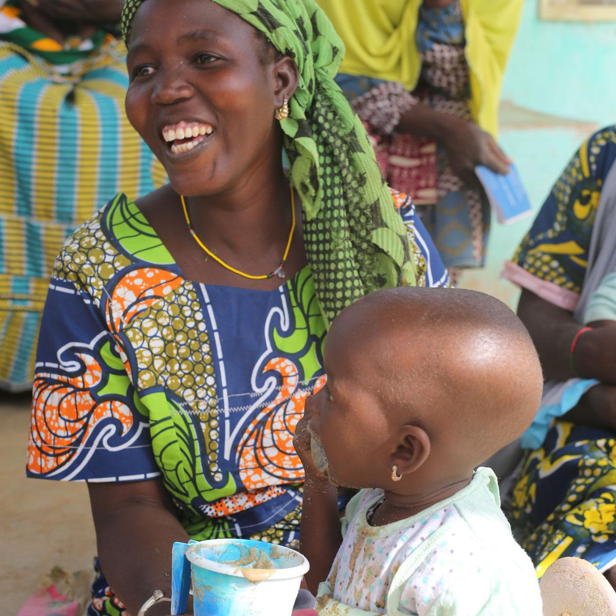 Un niño con su madre bebe papiCentro  de rehabilitacion nutricional en Dori  región del Sahel